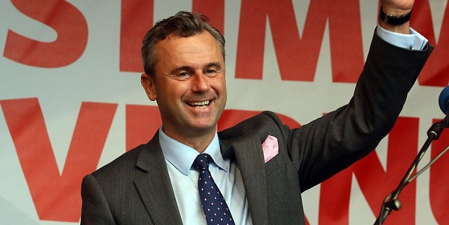 Jen pouhých 30tisíc hlasů dělilo letos vkvětnu šéfa rakouských krajně pravicových Svobodných (ŐFP) Norberta Hofera od usednutí do prezidentského křesla ve vídeňském Hofburgu.