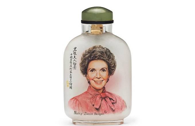 Lahvička na šňupací tabák s vyobrazením Nancy Reaganové. Odhad 3000 USD, prodána za 27 500 USD.