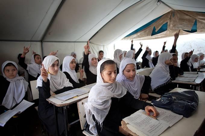 Po pádu režimu Tálibánu byl v zemi akutní nedostatek vzdělávacích institucí. Školský sektor trpěl nedostatkem kvalifikovaných učitelů a školní budovy byly neudržované či zničené. Situace se ale postupně zlepšuje.