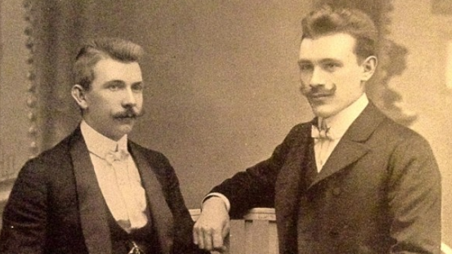 Jaroslav Brouk (vlevo) a Josef Babka v době, kdy v roce 1908 rozjížděli podnikání. Babka sice už po dvou letech z firmy vystoupil, avšak Brouk jeho jméno v názvu z kamarádství ponechal.