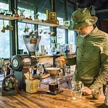 Pan One vlastní nejen kavárnu v městě Chiang Mai, ale i kávovou farmu v horách.