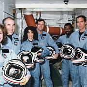 Posádka raketoplánu Challenger. Zleva: Christa McAuliffeová, Gregory Jarvis, Judy Resniková, Dick Scobee, Ronald McNair, Michael Smith a Ellison Onizuka.