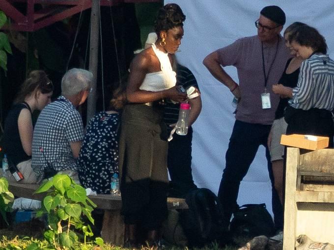 """""""Tohle je Bond pro moderní dobu, který ale zůstává věrný všemu, co čekáme od Bondovek,"""" píše se o novém Bondovi, kde agenta 007 ztvární herečka černé pleti Lashana Lynchová"""