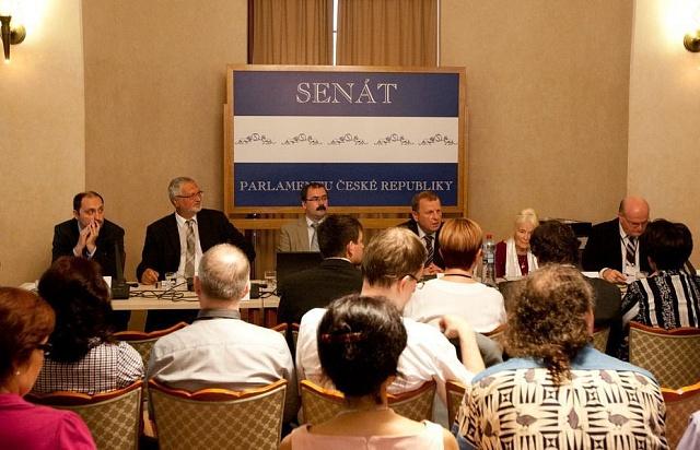 Vedení ÚSTR (uprostřed bývalý ředitel Pavel Žáček) informuje při veřejném slyšení na půdě senátního Výboru pro vědu, vzdělávání a kulturu vroce 2012osituaci vÚstavu