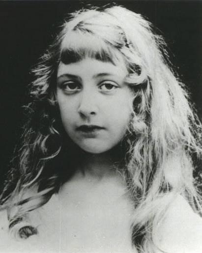 Agatha Christie jako dítě. Jak bylo ve viktoriánské době zvykem, základní vzdělání získala od svých rodičů.