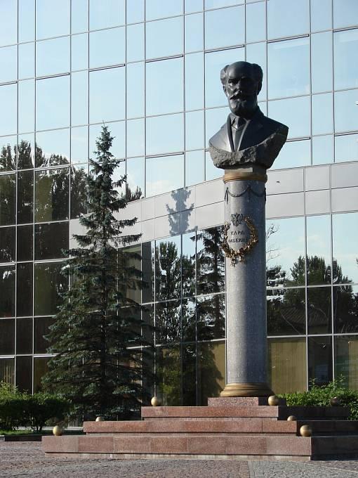 Socha umělce, jež se nachází v Petrohradu.