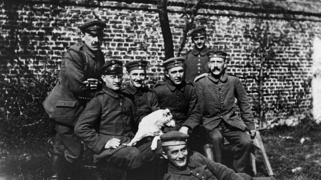 Adolf Hitler (zcela vpravo) s bavorským záložním plukem (1914)
