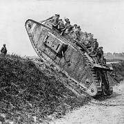 První britský tank typu Mark I. z roku 1916 v terénu