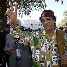 Jedna z košil, které si Kaddáfí nejspíš navrhl sám.