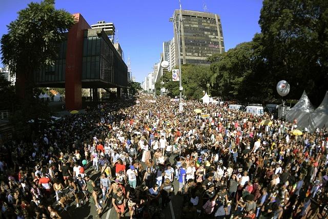 Svět si připomíná 50 let od prvního veřejného vystoupení LGBT komunity. Na snímku letošní gay průvod v Sao Paulu