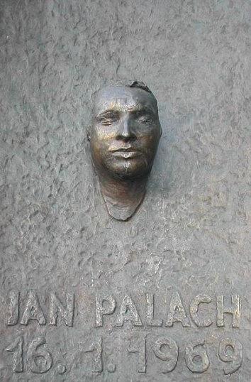 Pamětní deska Jana Palacha na budově Filozofické fakulty Univerzity Karlovy vPraze zroku 1990využívá posmrtné masky, pořízené sochařem Olbramem Zoubkem.