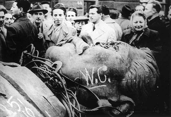 Výbuch lidového hněvu hned zkraje směřoval proti monstrózní Stalinově soše vcentru Budapešti