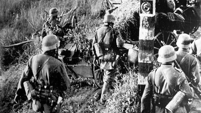 Německá vojska překračují německo-sovětskou hranici, operace Barbarossa začíná.