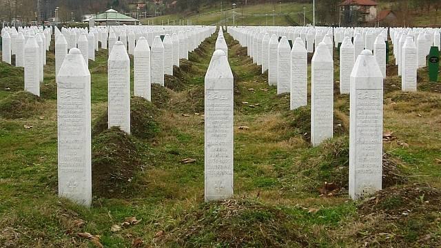 Náhrobky obětí srebrenického masakru