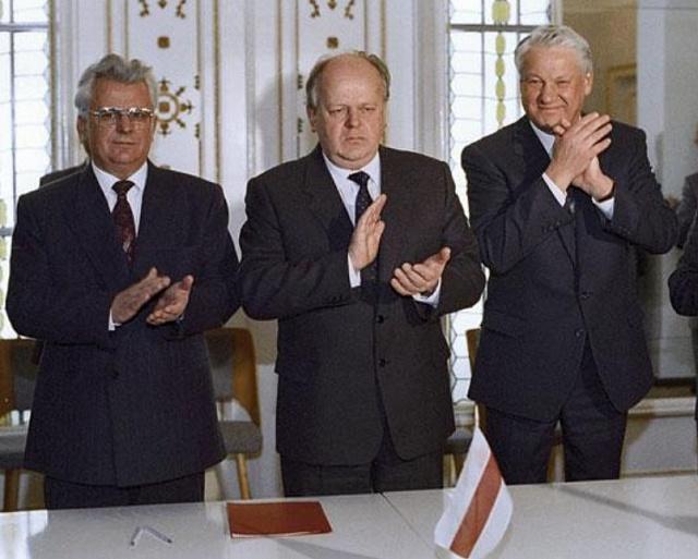 Dva na jednoho: Jelcinovi a Šuškevičovi se ve Viskuli podařilo přimět ukrajinského kolegu Kravčuka kangažmá Ukrajiny vrámci nového Společenství nezávislých států