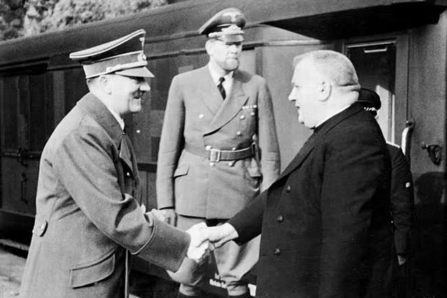 Jozef Tiso založil svou politickou kariéru isuverenitu své Slovenské republiky na spolupráci sAdolfem Hitlerem