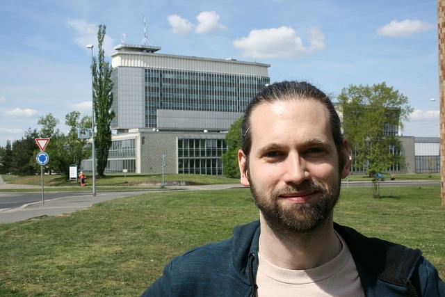 Jiří Flígl (*1981) vystudoval Vyšší odbornou školu publicistiky a během následného studia filmové historie a teorie se skrze svůj tehdejší a dodnes přetrvávající zájem o asijské kinematografie dostal k práci pro filmové festivaly.