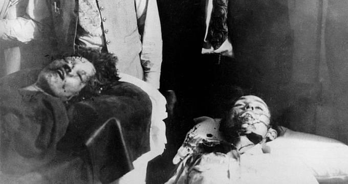 Těla obou rozstřílených zločinců skončila na pitevním stole