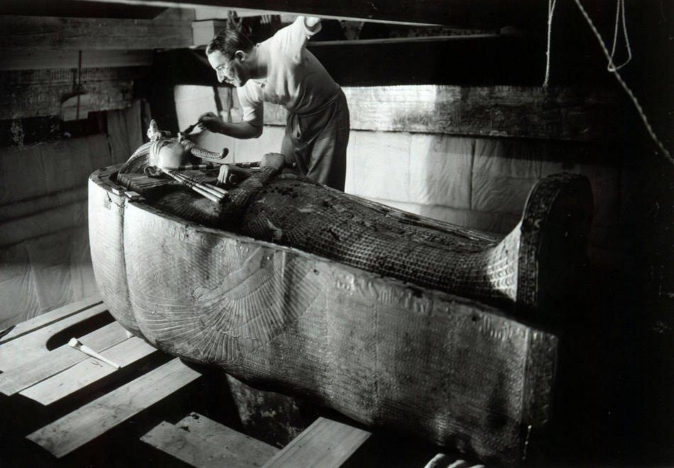 Otevírání sarkofágu s mumií Achnatonova syna Tutanchamona