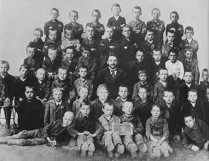 třídní foto, rok 1899, Adolf Hitler nahoře uprostřed