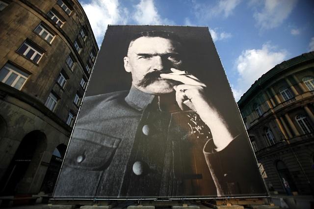Józef Piłsudski na obřím plakátu ve Varšavě