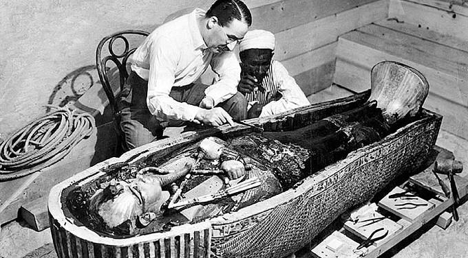 Tutanchamonova hrobka. Anglický archeolog Howard Carter objevil roku 1922 v Údolí králů v Egyptě hrobku faraona Tutanchamona (1333–1323 př. n. l.). Bohatství pokladu výrazně posunulo představy o pohřebních výbavách faraonů.