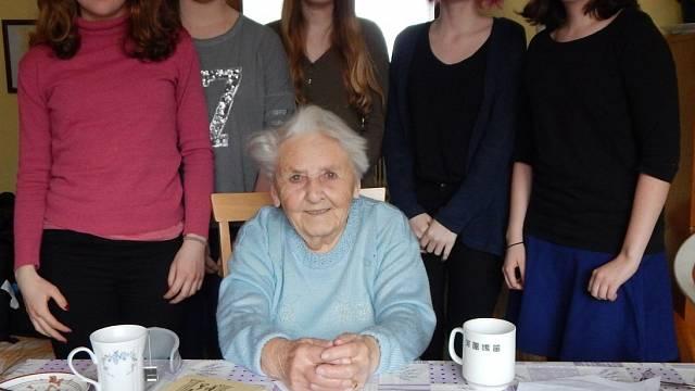 Libuše Chládková s žákyněmi, jaro 2016