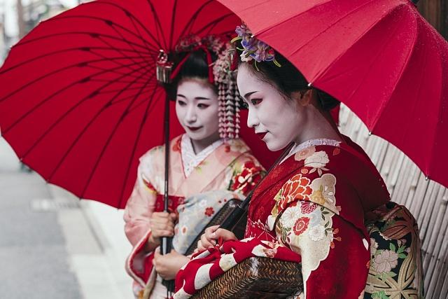 Dívkám, které se na práci gejši připravují, se říká maiko.