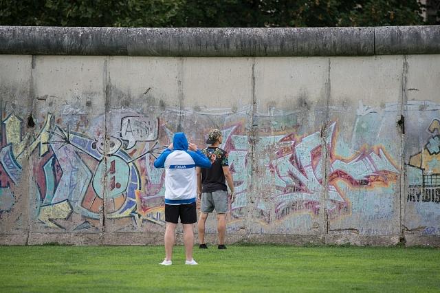 Zbytky Berlínské zdi jsou dnes vyhledávanou turistickou atrakcí.