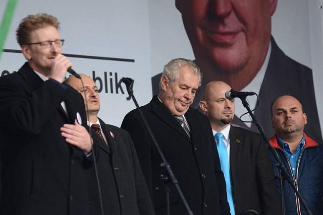 Co bylo za Beneše nepředstavitelné a za Háchy běžné: prezident republiky na jednom pódiu spravicovými extremisty (Miloš Zeman a protiislámští aktivisté Marek Černoch, Martin Konvička a Miroslav Lidinský na Albertově 17.listopadu 2015).