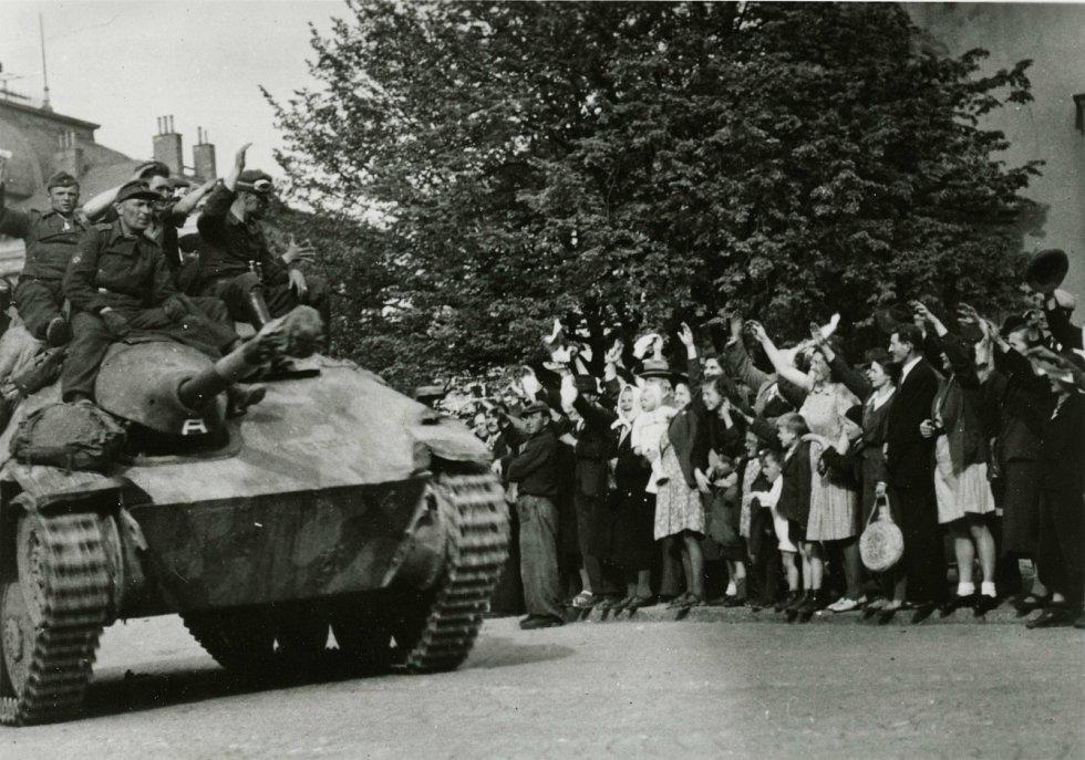Příbramští občané nadšeně vítají 9. května 1945 příslušníky protibolševických jednotek ROA gen. A. A. Vlasova z 3. pluku 1. divize, kteří zde svedli s německými vojsky několik ozbrojených střetnutí