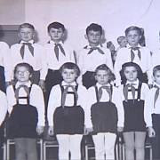 Členové pionýrské organizace v 50. letech. Košile krojů byly ještě bílé