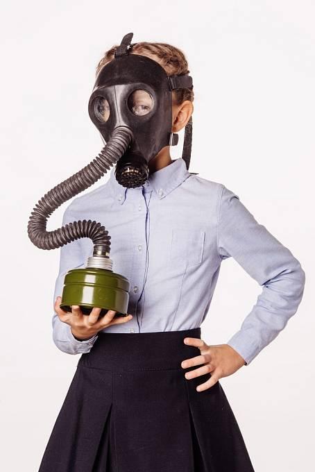 Menší děti mívaly plynové masky s choboty.