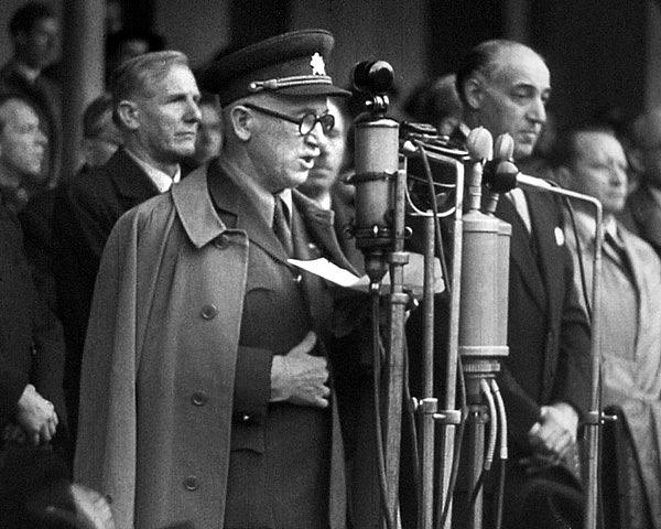 Prezident Edvard Beneš a americký velvyslanec Laurence Steinhardt při vojenské přehlídce po skončení druhé světové války