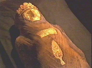 Mumie z Persie. V roce 2000 byla v Pákistánu objevena údajná mumie perské princezny stará prý 2600 let. Jenže se ukázalo, že odborně mumifikované tělo je staré pouhé dva roky a že žena zemřela násilnou smrtí. Šlo tedy o vraždu ze ziskuchtivosti.