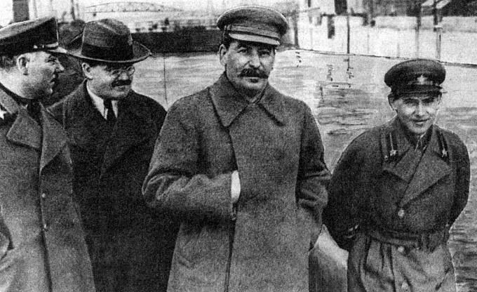 Josif Stalin společně s Nikolajem Ježovem a Vjačeslavem Molotovem