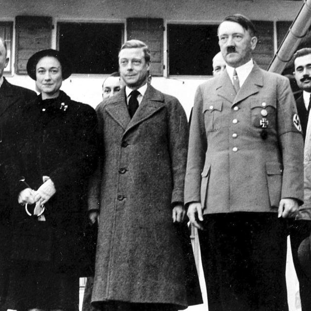 Vroce 1937bývalého anglického krále a jeho partnerku okázale přivítal německý diktátor Adolf Hitler