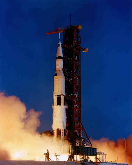 Vteřiny po startu rakety Saturn s vesmírnou lodí Apollo. Je 16. červenec 1969.