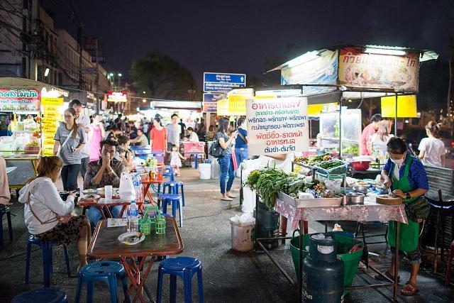 Nespočet streedfood stánků sbarbecue na milion způsobů, vynikající polévky a curry, mé oblíbené smažené nudle Pad Thai, luxusní dezerty, tropické ovoce…