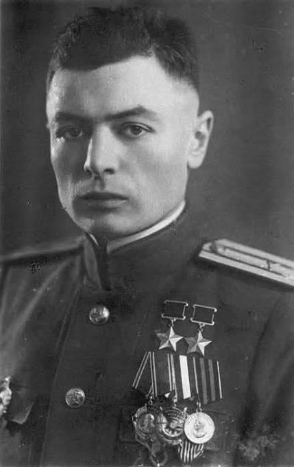 Vasilij Petrov přišel v bitvě o obě ruce, přesto se na frontu vrátil.