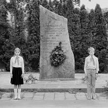 Čestná stráž u pomníku padlých byla jednou z pravidelných úloh pionýrů v 80. letech