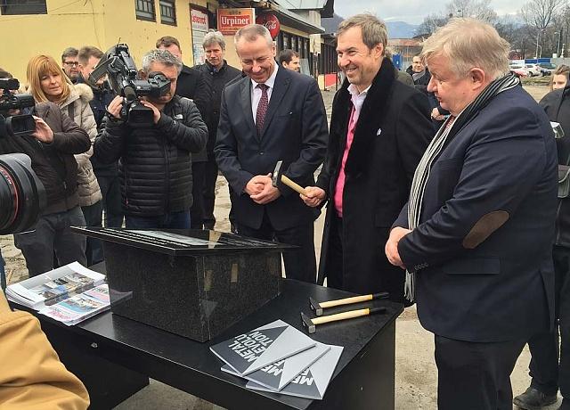Jan Světlík (vpravo) při poklepání základního kamene nového autobusového terminálu v Banské Bystrici.