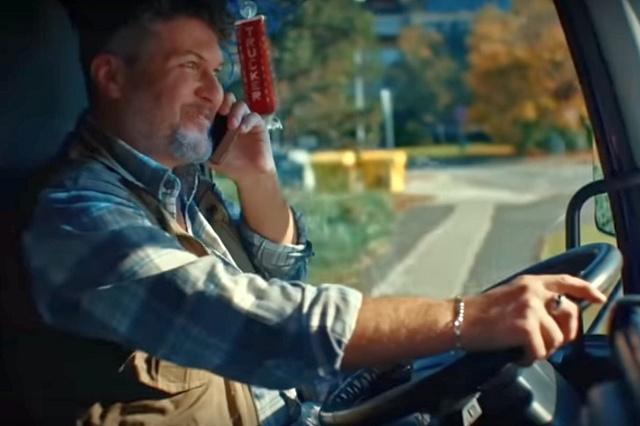 Nepřipoutaný řidič nákladního vozu řídí jen jednou rukou, druhou telefonuje. A to spot Emka teprve začíná