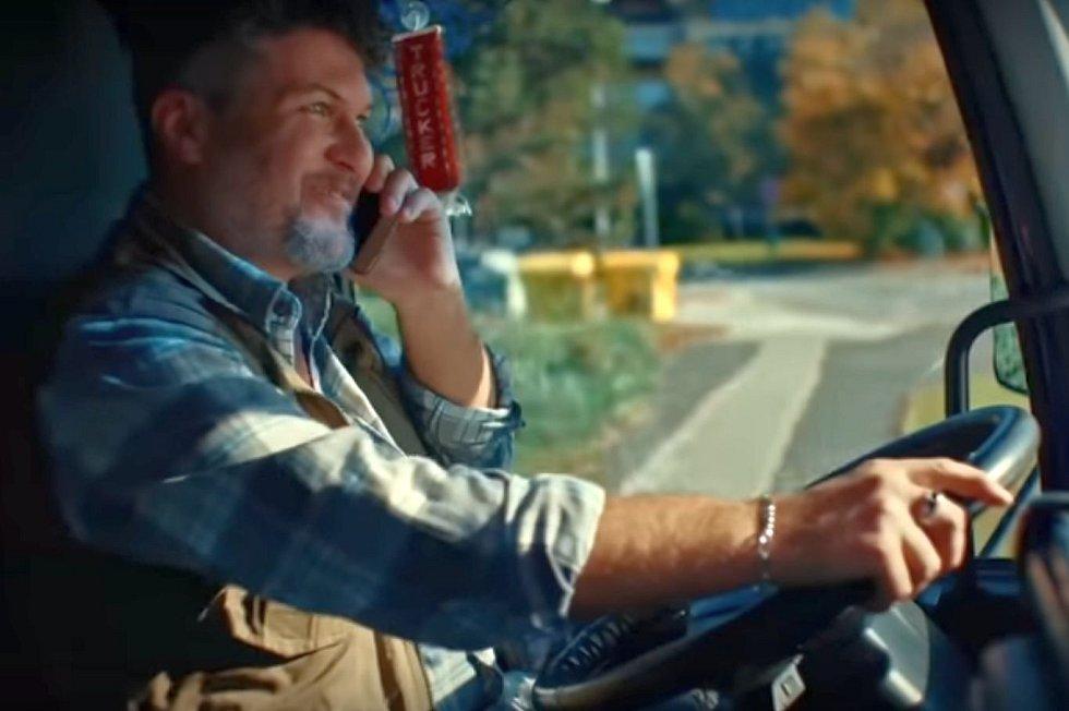 Nepřipoutaný řidič těžkého nákladního vozu řídí jen jednou rukou, druhou telefonuje. A to reklama Emka teprve začíná