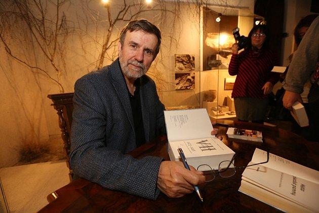 Historik Vlastimil Vondruška podepisuje svou knihu, sedmý díl Husitské epopeje.