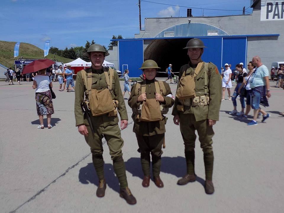 Čeští představitelé amerického výsadkového pluku na oslavách vylodění v Normandii