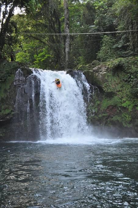Kostarika, vodopád Pozo Azzul, výška kolem 10 metrů