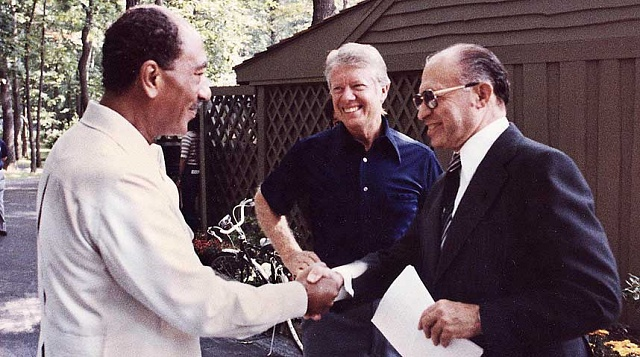 Sadat sizraelským premiérem Beginem (vpravo) vpřítomnosti amerického prezidenta Cartera (uprostřed) během jednání vCamp Davidu roku 1979