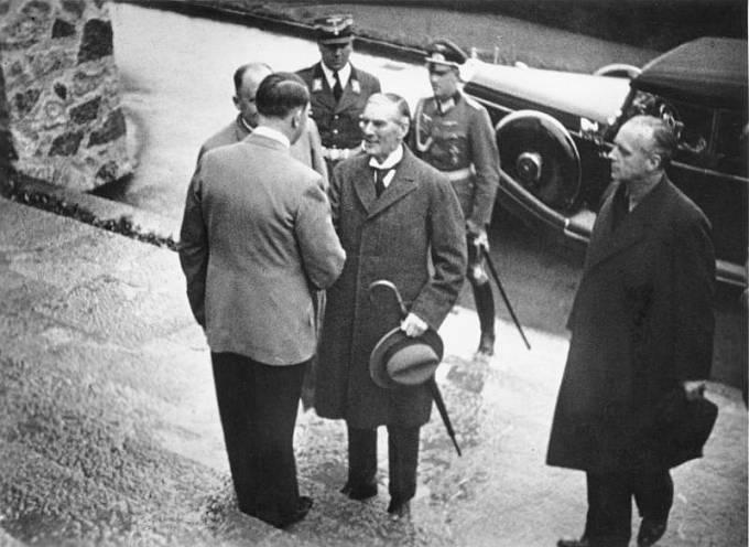 Adolf Hitler vítá Nevilla Chamberlaina na Obersalzbergu 15. září 1938