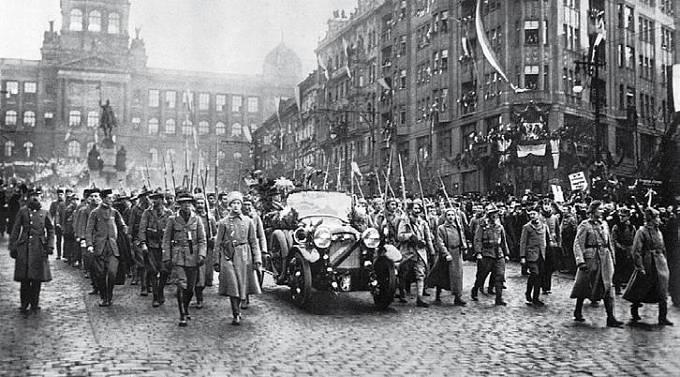 legionáři pochodují Prahou, listopad 1918